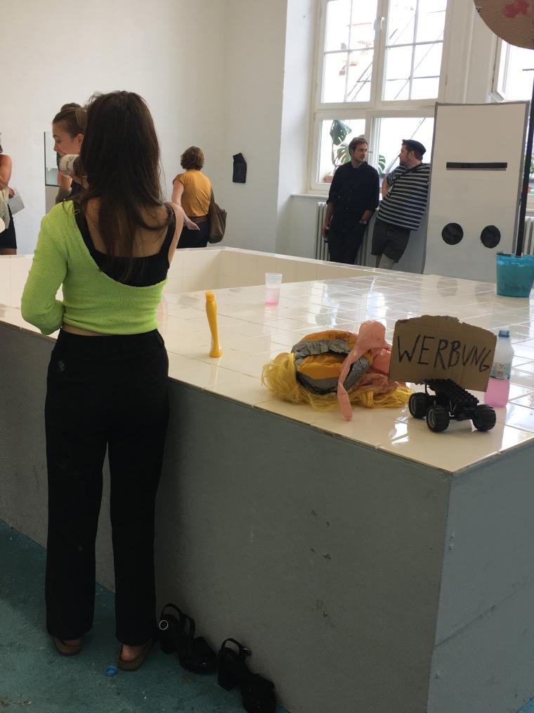 Blick in den Raum mit Arbeiten des Werkkomplexes POOL von Studierenden der Klasse Streuli. Foto: Nathalie Ladermann